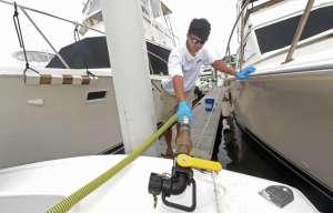 Charte de qualité marine en baie de Cannes. Les rejets d'eaux noires, grises ou de fond de cale sont strictement interdits dans les ports et dans la zone des 3 milles nautiques. Le rejet au delà des 3 milles est possible à condition que le bateau soit équipé d'un système de broyage et désinfection. Le rejet doit s'opérer à une vitesse modérée supérieure à 4 noeuds. Le risque encouru en cas d'infraction est de 4000 euros d'amende pour un bateau de moins de 20 mètres.