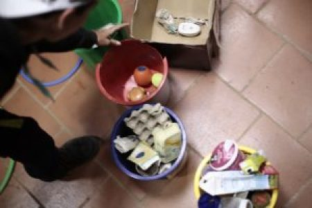 Jóvenes del Taller de Educaión Medioambiental enseñando a reciclar