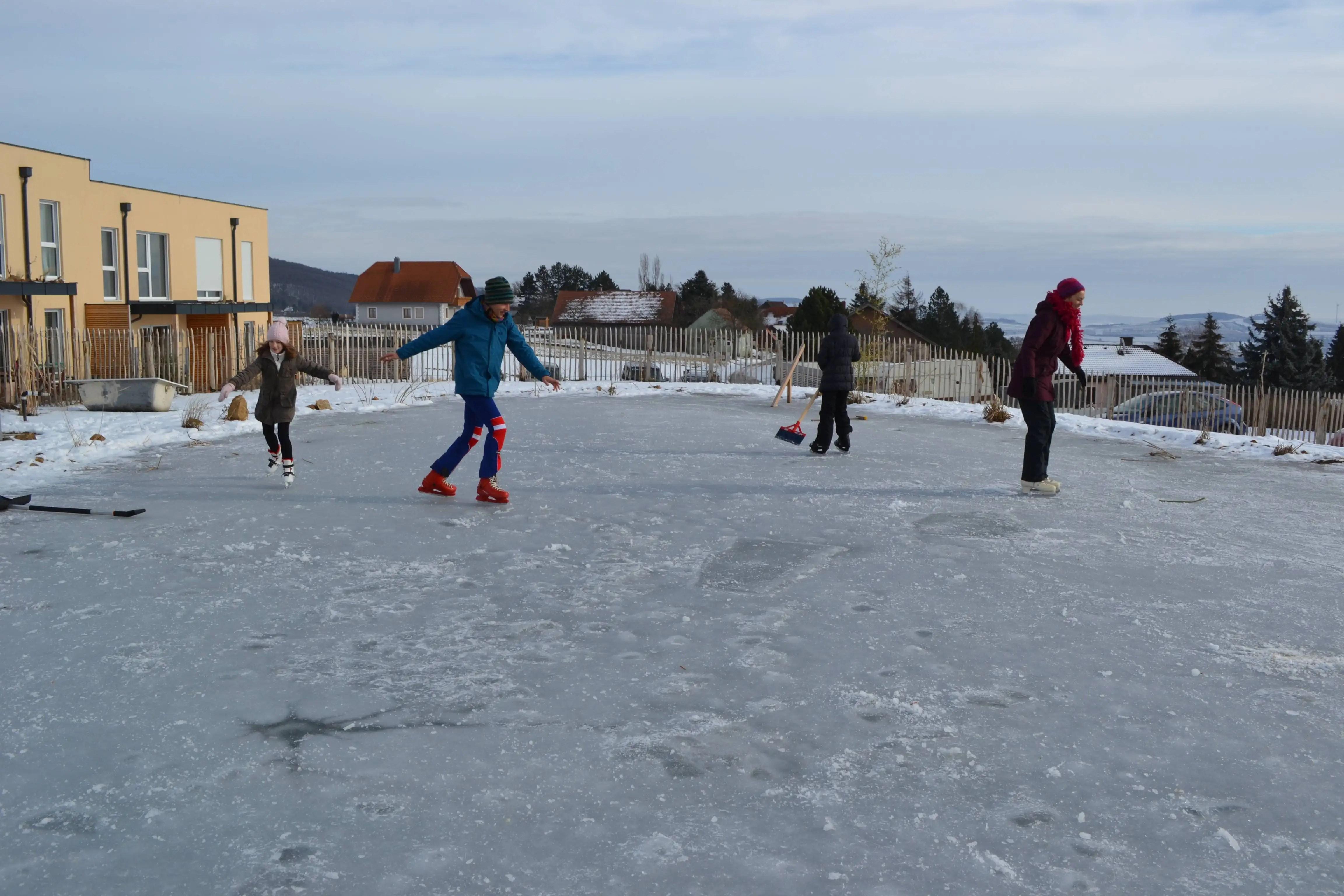 Wir bauen einen Teich 9/… Eislaufen juchuui
