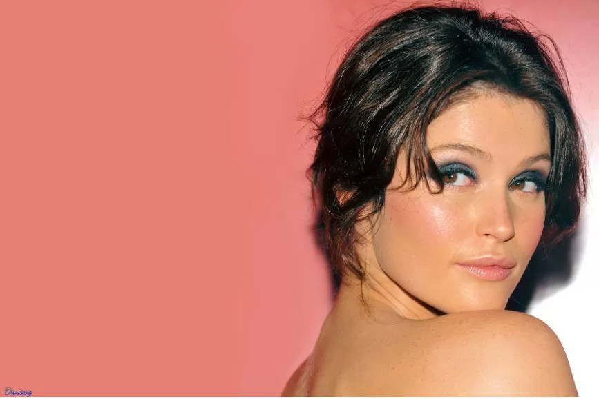 Gemma Arterton su sfondo rosa