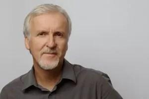 James Cameron su sfondo grigio