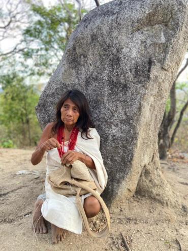 Indienne kogi tissant un sac de toile