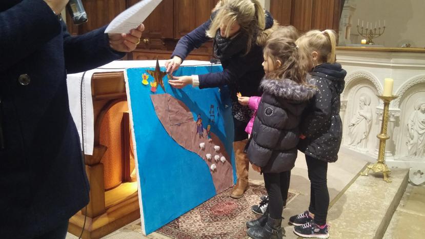 Les enfants participent à la célébration de Noël - Ecole de Oytier