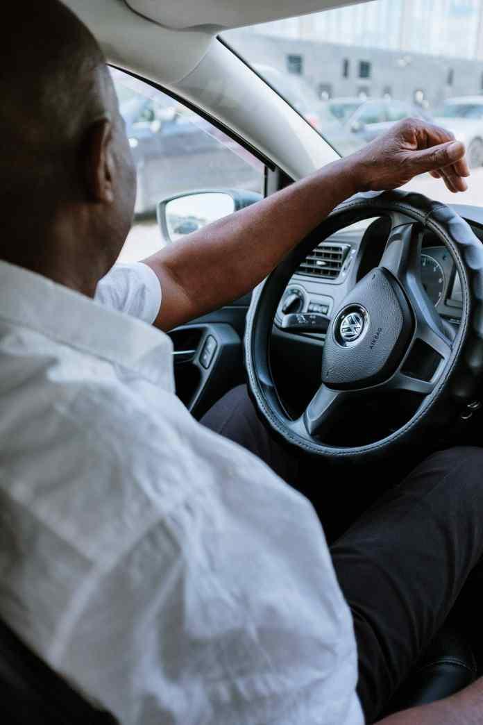 Plataforma treinou mais de 200 taxistas para prestar socorro a motoristas que precisam de serviços como troca de pneus e recarga de baterias
