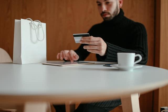 As obrigações das famílias, levantadas pela pesquisa, incluem cheque pré-datado, cartão de crédito, cheque especial, carnê de loja, crédito consignado, empréstimo pessoal, prestações de carro e de casa própria.