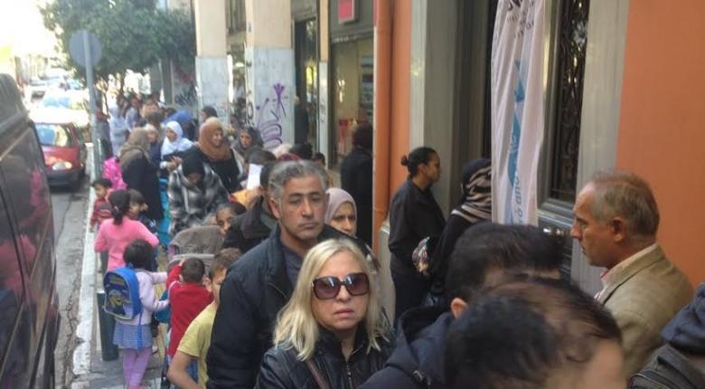 Εικόνες σοκ:  Τεράστια ουρά για μια γκοφρέτα στο κέντρο της Αθήνας - Κεντρική Εικόνα