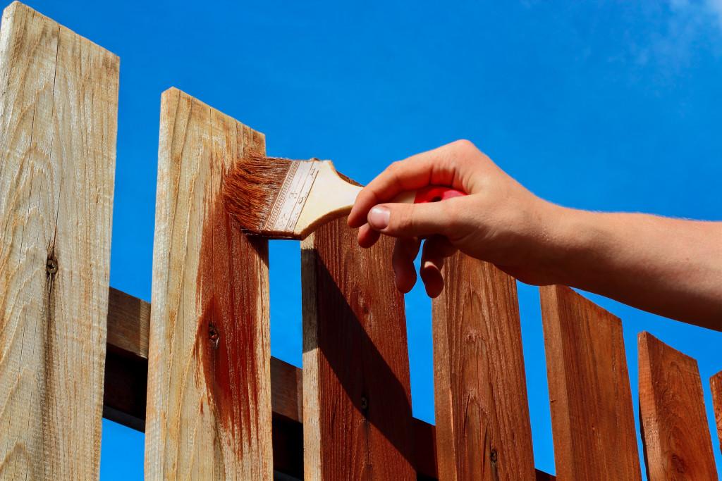guide pour peindre votre cloture en bois le temps d un weekend