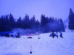 まずカンジキを履いてテントをはる場所を地ならしして、それからテントをはりました。 テントをはり終える頃には、すっかり夕方になってしまいました。