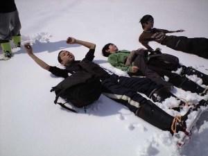 山登りの途中。雪の上に寝っころがって休憩