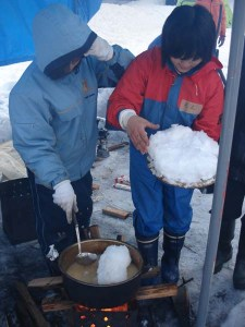 雪を溶かして料理に使います