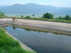 ほとんど空っぽになったため池。今の時期は本当は梅雨のはず。