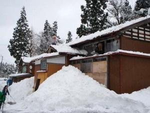 作業後の様子です。下に落とした雪の上に屋根から降りられそうでした。子どもの頃は、こういうところによく飛び降りたものでした。