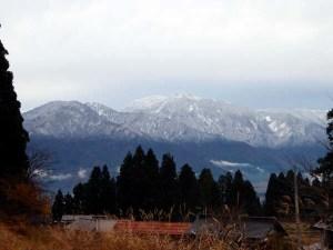 集落センターから見えた、今日の巻機山の様子。