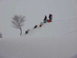 雪の坂道を登るのは大変だけど、ソリで滑るのは最高!