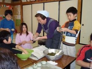 あんぼ作りの様子。大根菜を包み込むのはなかなか難しい。地元のお母さんの手つきをよくみて、挑戦!