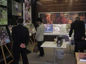 参加者が展示された写真パネルを眺めている様子。