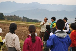実際の田んぼを前に笛木晶さんから稲作の1年などの話を聞きました。