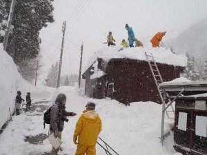 公衆トイレにて 多くの参加者が屋根に上って、除雪作業を行いました