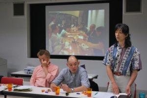 4月に亡くなった顧問の三重野康さんをしのんで、かつての写真を前に話をする高野孝子代表理事