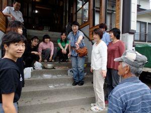 映画の中で「山の長老」と紹介された小野塚高一さん(右)が通りかかり、照れ臭そうな笑いを浮かべていました。