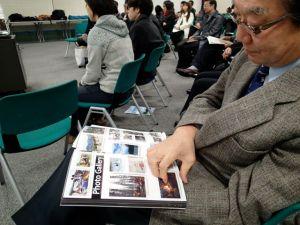 出来上がったばかりの報告書が配られ、鮮やかな写真などに大きな注目が集まりました。
