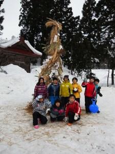 さいの神の祭りで燃やす正月飾りを付ける作業も体験。自分で作った飾りを持って来た子もいました。