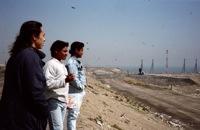 1997年に来日した時のゴミの山を見学する子どもたち
