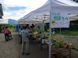 栃窪集落で採れた新鮮な高原野菜販売やカフェで観覧者をもてなします