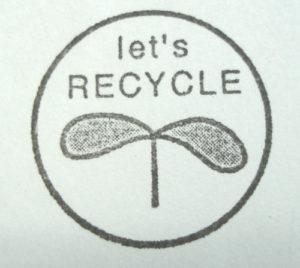 """スタンプには """" Let's RECYCLE """" の文字と、双葉のマークがデザインされています。円の直径が約2,3センチです。"""