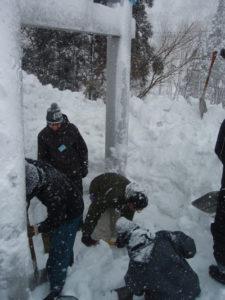 神社の鳥居を掘り出しているところ