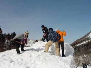 キャンプ場の炊事場の屋根の除雪作業をしているところ