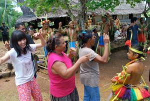 最終日のフェアウェルパーティでは、村人と一緒に踊りました。