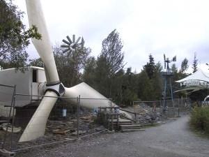 以前に使っていた巨大な発電用の風車などを使った新しい展示コーナーが建設中です。