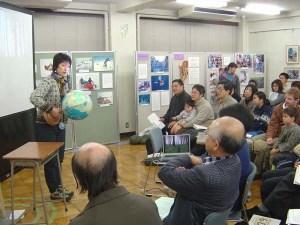 地球儀を使って北極や南極を示しながら話す高野孝子。