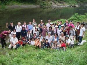 河原で参加者、スタッフ全員での記念撮影。参加者の多彩なことがおわかりいただけるだろうか