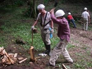 子ども達に大人気だった薪割り。ナタやオノを使って、勢いをつけて・・・