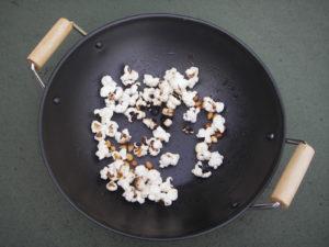 ポップコーン。鍋を動かさなかったため、中央部分が焦げました。すごいパワー!