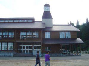 集落のシンボルである小学校。木造の新しい校舎は、時計台付き。
