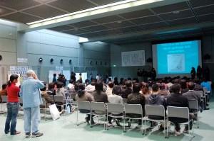 発表会の会場となったJICA地球ひろばの講堂で、各国の発表を聞く参加者たち