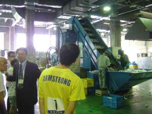 港資源化センター。中間処理の技術と現状を説明する港区清掃リサイクル課・田代係長。