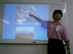 地球規模の気候変動について講義する高野孝子エコプラス代表理事
