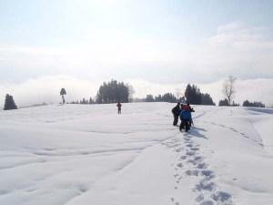 雪の中での撮影。高野がスノーシューで雪の中を歩いている様子を、龍村監督以下が追います。