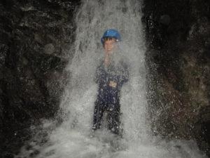 5年生の男の子が、滝に打たれて「修行!」。この後、大人も全員やっていました。