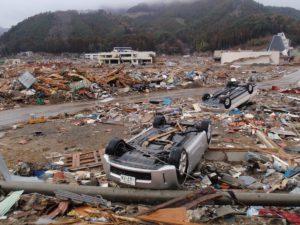 深い湾の奥にある雄勝町は、平地が完全に打ち砕かれています。遠くの2階建ての公民館の屋根にバスが乗っています。