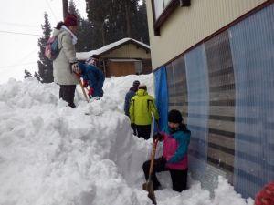 窓にのしかかっていた雪を掘り出し、前にあった山盛りの雪を道路脇まで押し出しました。