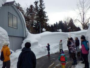 集落散策。今冬は「小雪」といわれるものの雪の壁は背丈を超えます。