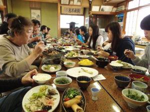 地元女性手作りの山菜尽くしの昼食。山里の豊かさを堪能します。