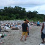 島の中心部にあるゴミ処分場。多くのゴミが山積みされている。