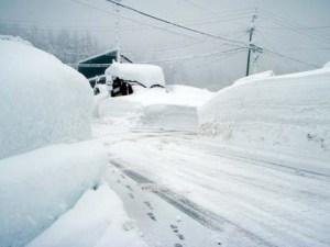 雪のかべで仕切られているかのような、曲がり角から見た景色。
