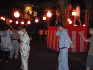 栃窪の盆踊りに参加して、地元の方々と交流を深めました。